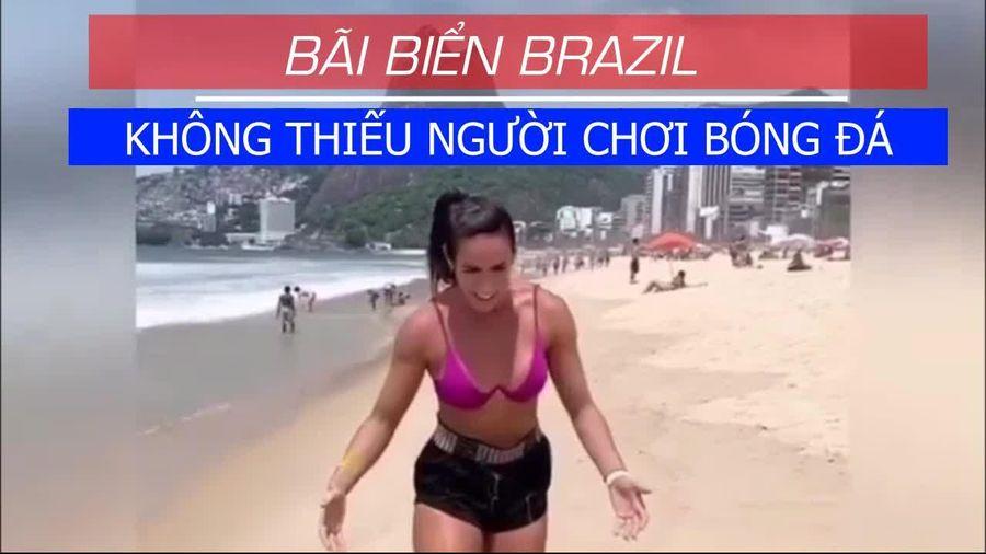 Người Brazil mê chơi bóng ở bãi biển