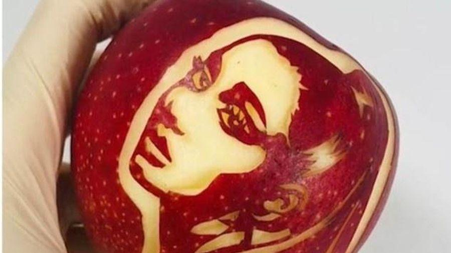 Khắc chân dung người nổi tiếng lên trái cây