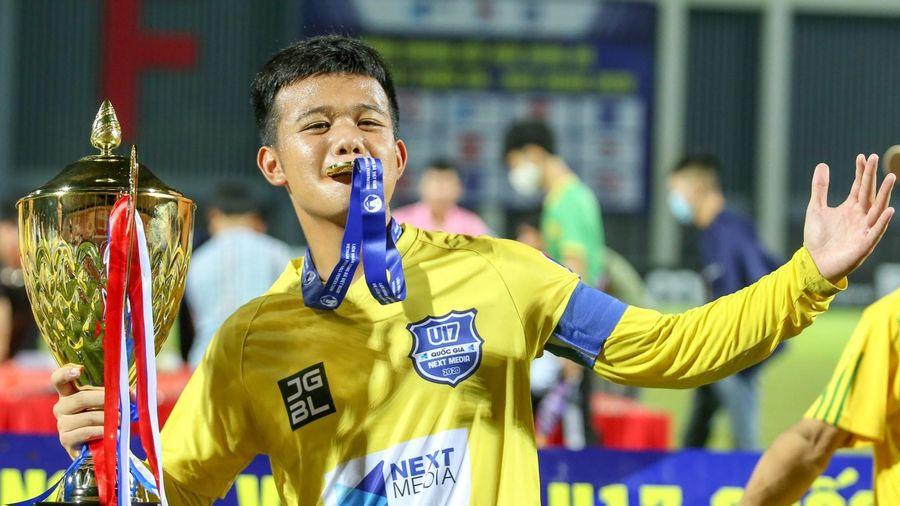 HLV SLNA khuyên con trai bỏ bóng đá sau chức vô địch U17 Quốc gia
