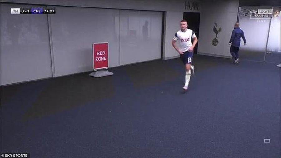 Cầu thủ Tottenham đi vệ sinh quá lâu, HLV Mourinho chạy vào đường hầm gọi học trò ra thi đấu