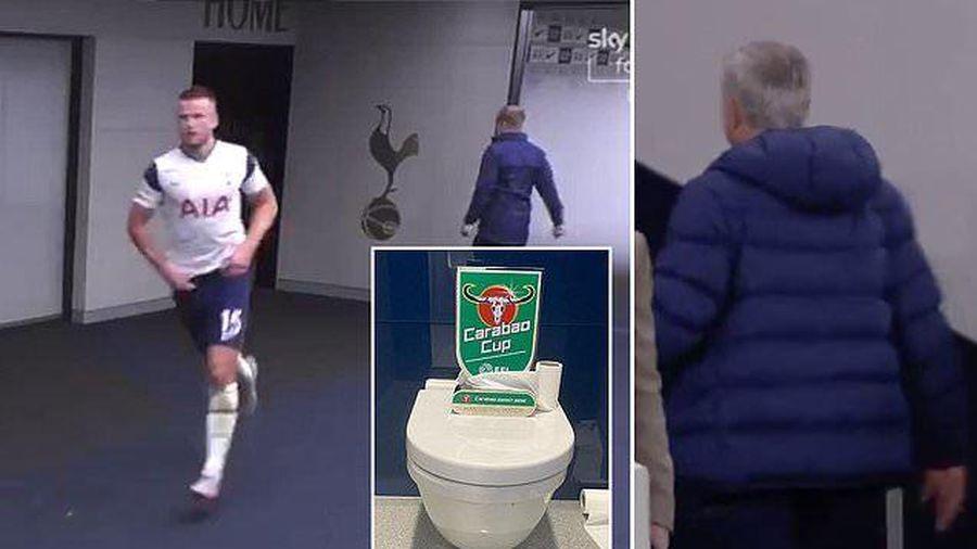 Hài hước Eric Dier bỏ dở trận đấu đi vệ sinh, Mourinho lao theo