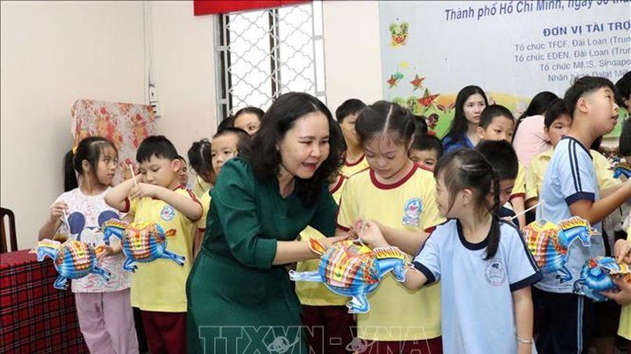 Tặng quà Trung thu cho trẻ em có hoàn cảnh khó khăn