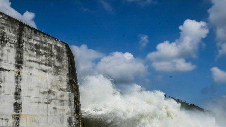 Clip: Cận cảnh thủy điện Hòa Bình xả lũ