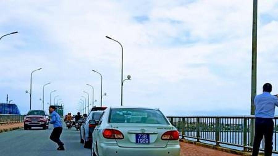 Vụ đoàn xe biển xanh dừng đỗ trên cầu để chụp ảnh: Chủ tịch Quảng Bình nói gì?