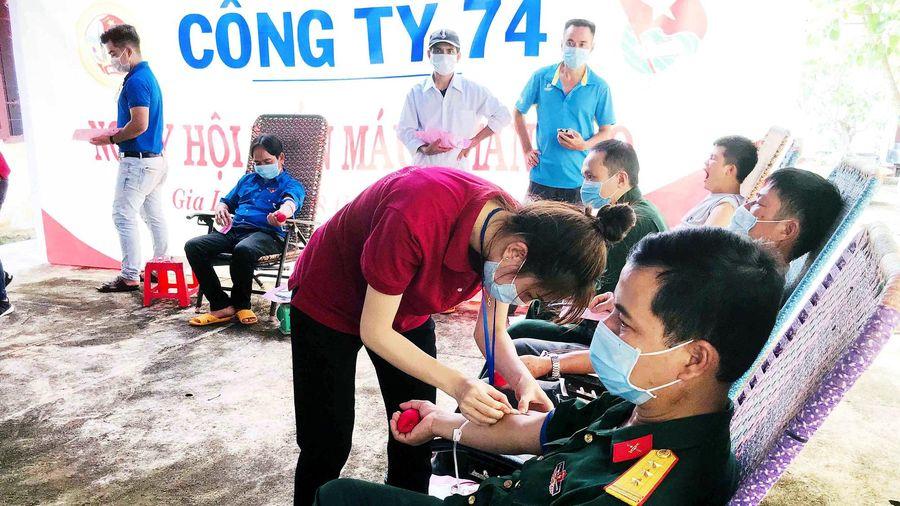 Hàng trăm cán bộ, công nhân, người lao động tham gia hiến máu nhân đạo