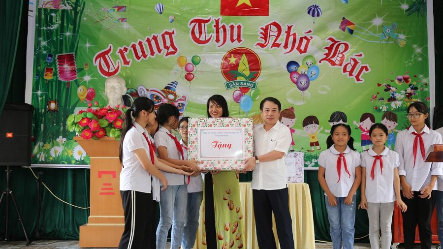 Ninh Bình: Tặng quà Tết Trung thu cho các cháu thiếu nhi