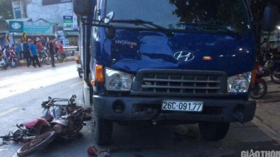 Xe máy va chạm xe tải trên QL6 khiến người đàn ông tử vong thương tâm