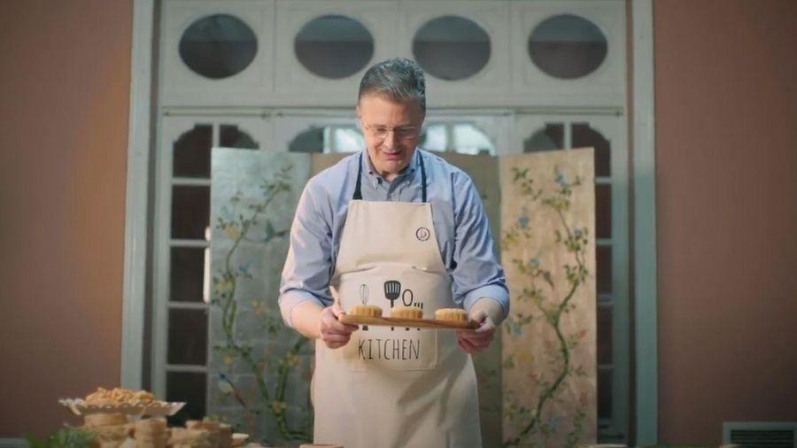 Đại sứ Mỹ làm bánh trung thu truyền thống với nguyên liệu đặc biệt