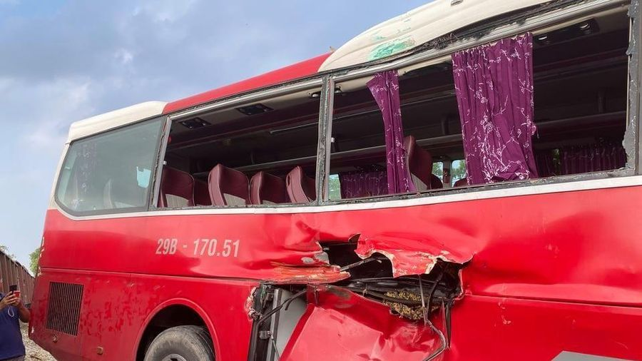 Cố tình vượt tàu hỏa bất chấp tính mạng 45 đứa trẻ, tài xế bị xử lý thế nào?