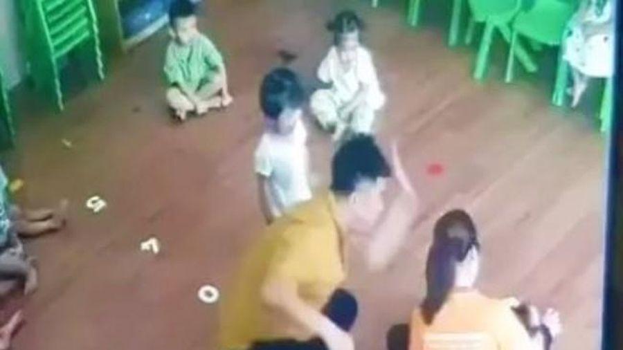 Phụ huynh giật tóc, tát bé 2 tuổi ngay trước mặt cô giáo vì bênh con gây phẫn nộ