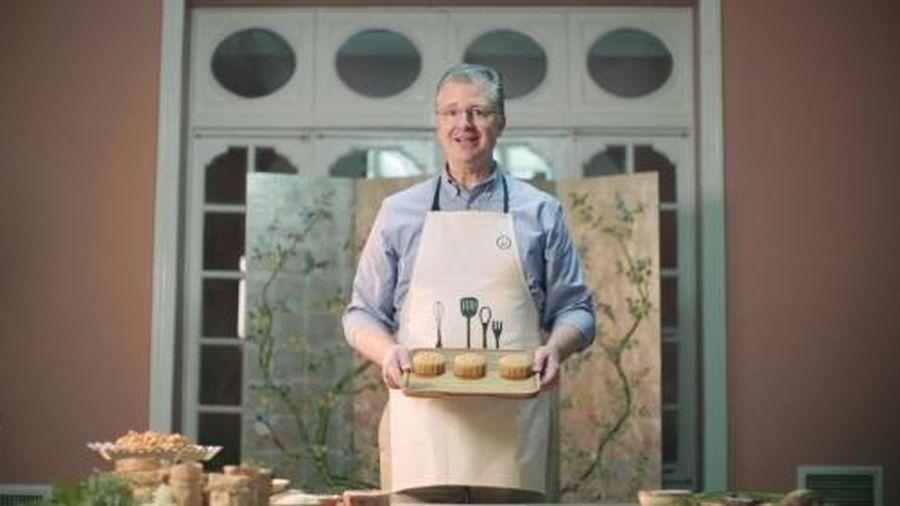 Xem Đại sứ Mỹ làm bánh Trung thu bằng khuôn kỷ niệm 25 năm quan hệ