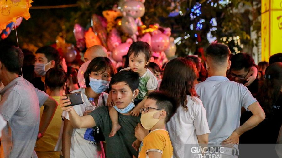 Nhiều tuyến phố Hà Nội 'thất thủ' trong đêm Tết Trung thu