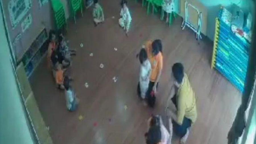 Clip người đàn ông túm tóc, tát bé gái 2 tuổi tại trường mầm non: Vì sao 2 cô giáo không ngăn cản?