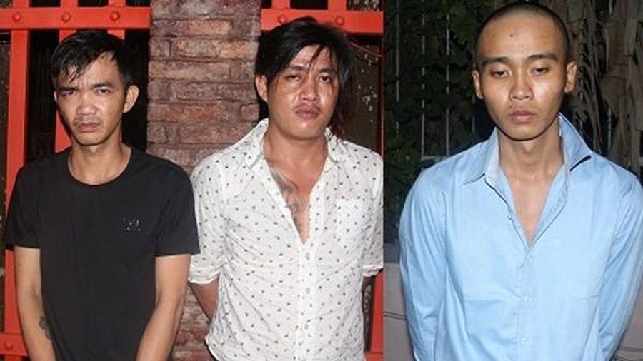 Bắt giữ 3 nam thanh niên chở súng, đạn lên TP HCM bán