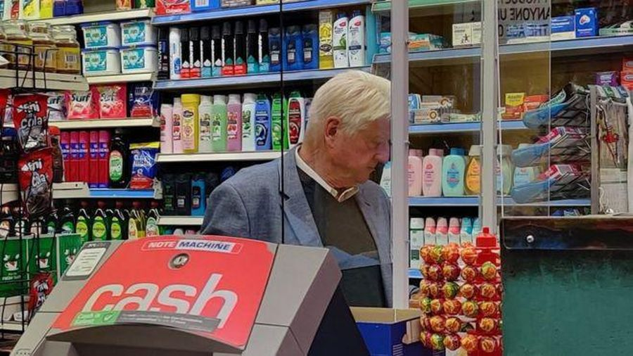 Bố thủ tướng Anh phải xin lỗi khi không đeo khẩu trang đi mua sắm