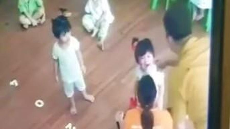 Bố của bé 2 tuổi bị đánh ở trường mầm non yêu cầu công an vào cuộc