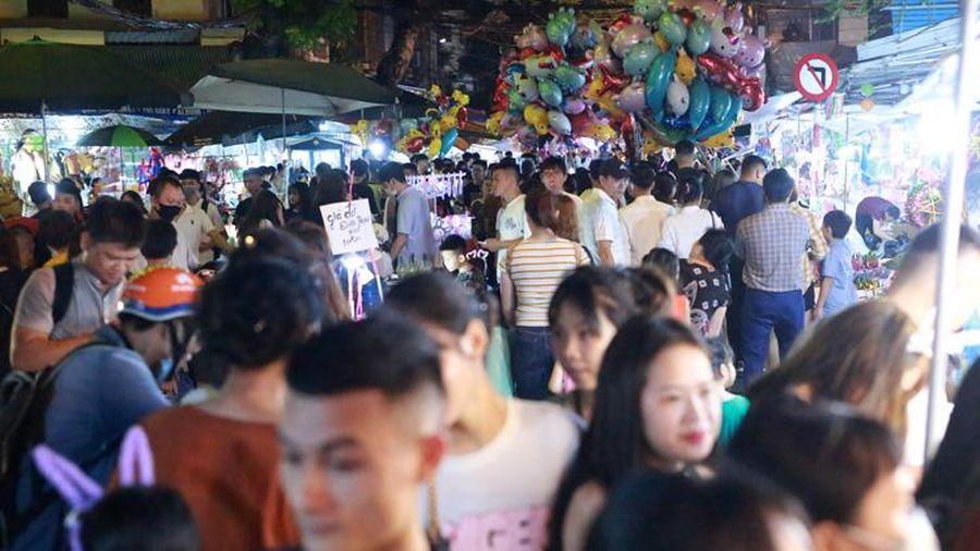 Hàng nghìn người đổ về phố Hàng Mã, Phùng Hưng chơi Trung thu