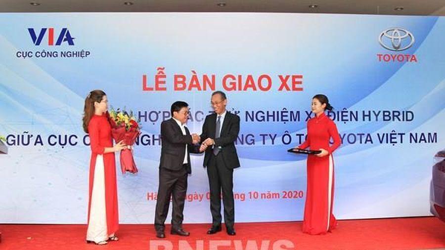 Toyota Việt Nam bàn giao xe Camry Hybrid cho Bộ Công Thương