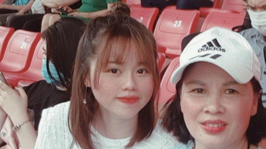 Huỳnh Anh diện váy trắng, khoe nhan sắc gây thương nhớ trên khán đài cổ vũ Quang Hải