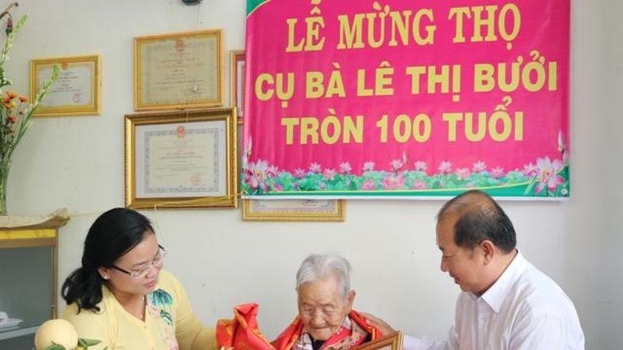 Lãnh đạo tỉnh thăm, chúc thọ, tặng quà người cao tuổi ở huyện Cao Lãnh