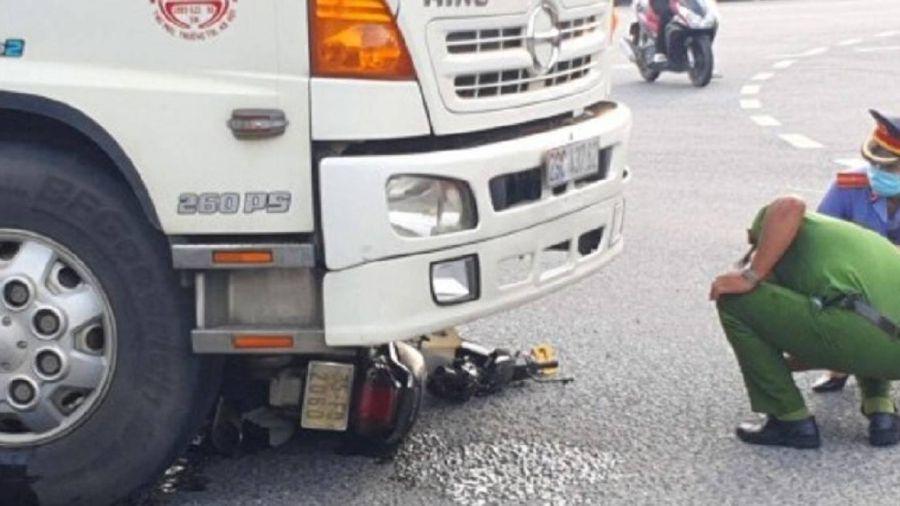 Mô tô bị cuốn vào gầm ô tô tải, chồng nhập viện, vợ tử vong thương tâm