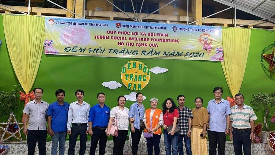 Hàng trăm suất quà trung thu của Liên hiệp Hữu nghị, Quỹ phúc lợi EDEN dành cho trẻ em tại tỉnh Vĩnh Long, An Giang