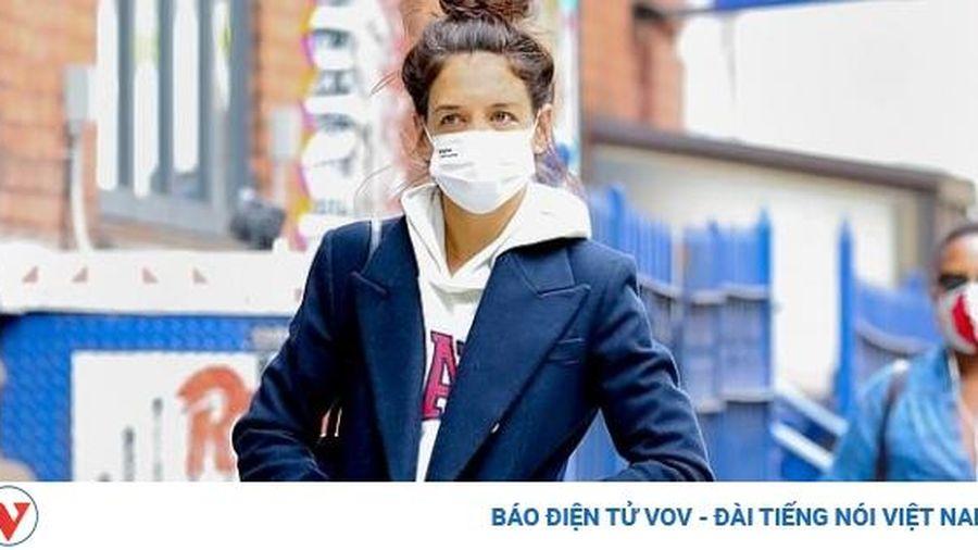 Katie Holmes mặc đồ xuề xòa ra phố một mình sau khi ra mắt bố của bạn trai