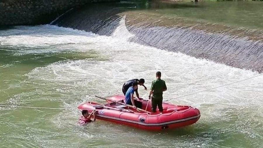 Hàng trăm người tìm kiếm nam thanh niên mất tích khi tắm ở đập tràn Sơn La