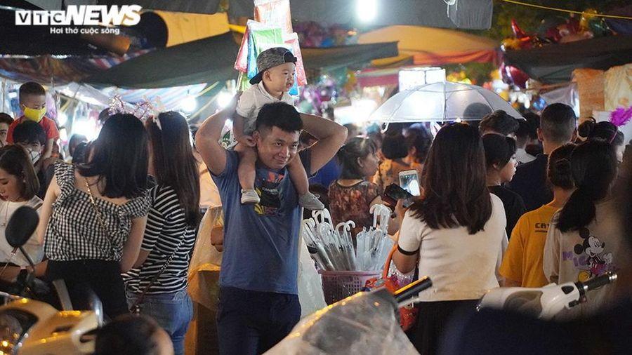 Phố Hàng Mã chật kín, hàng nghìn người Hà Nội đổ ra đường đón Tết Trung thu