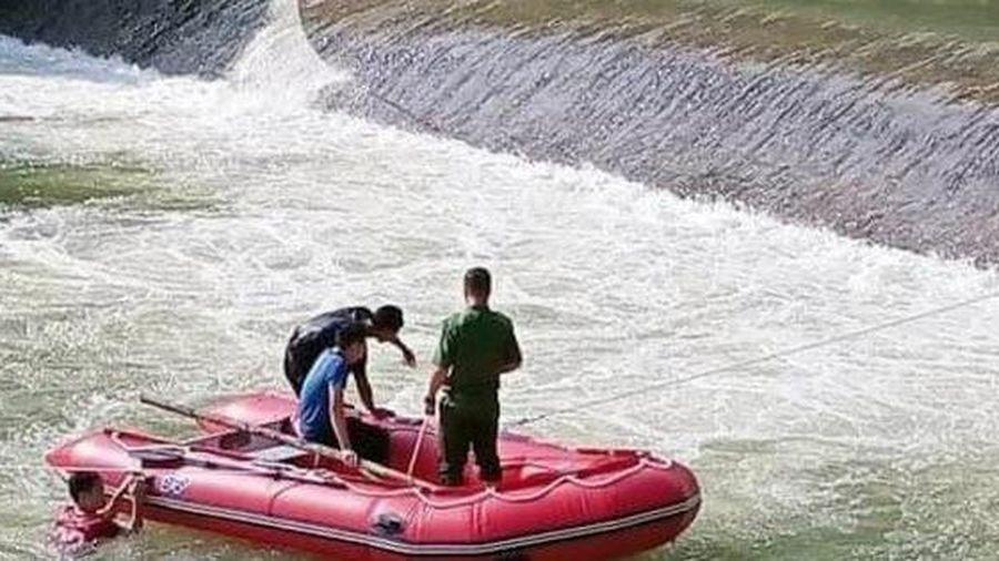 Hàng trăm người tìm kiếm nam thanh niên mất tích khi tắm ở đập tràn Huy Thượng