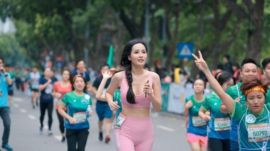 Hoa hậu Mai Phương Thúy sải bước trên đường chạy