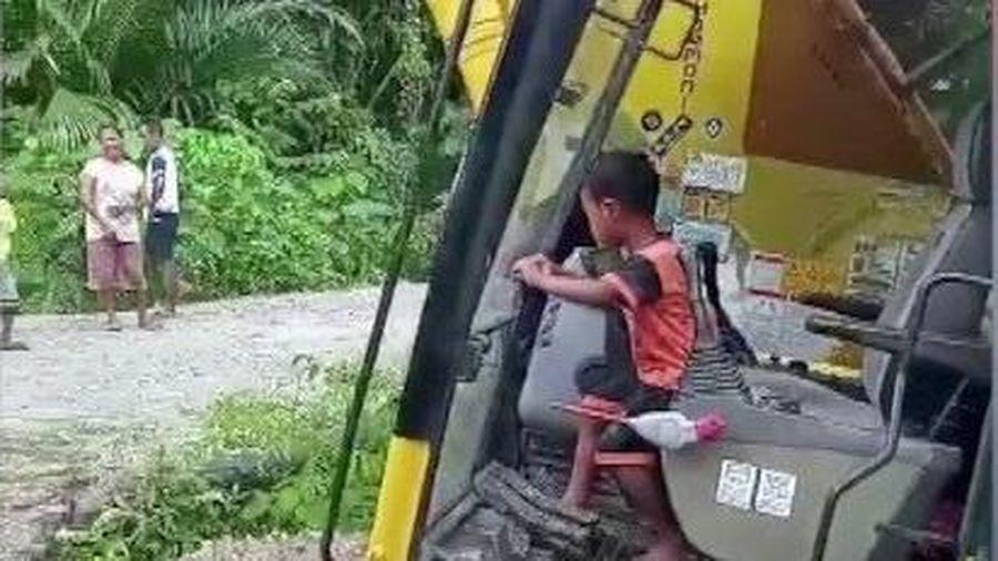 Cậu bé 5 tuổi điều khiển máy xúc cỡ lớn ở Indonesia