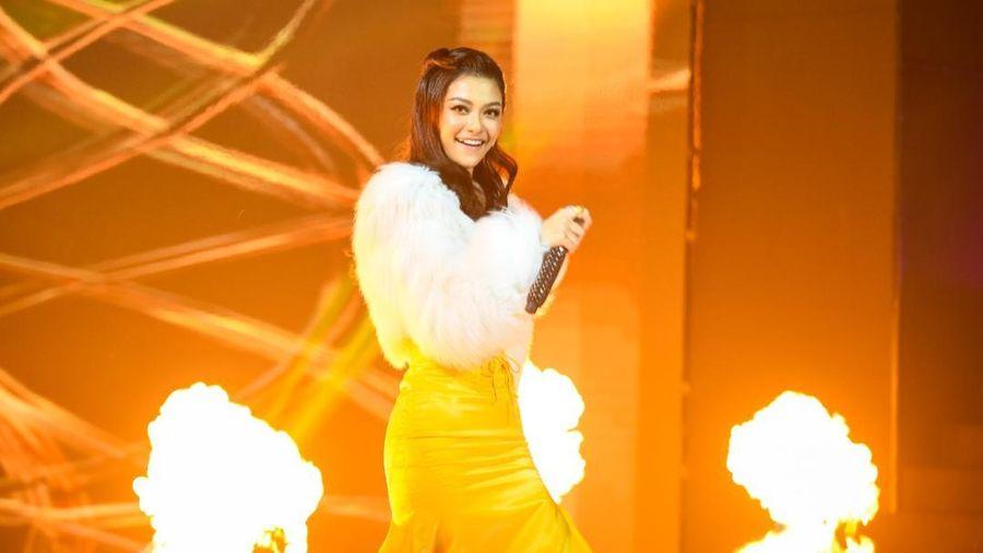Á hậu Kiều Loan diện váy 'vàng rực' hóa thân thành nàng Mona Lisa trên King Of Rap