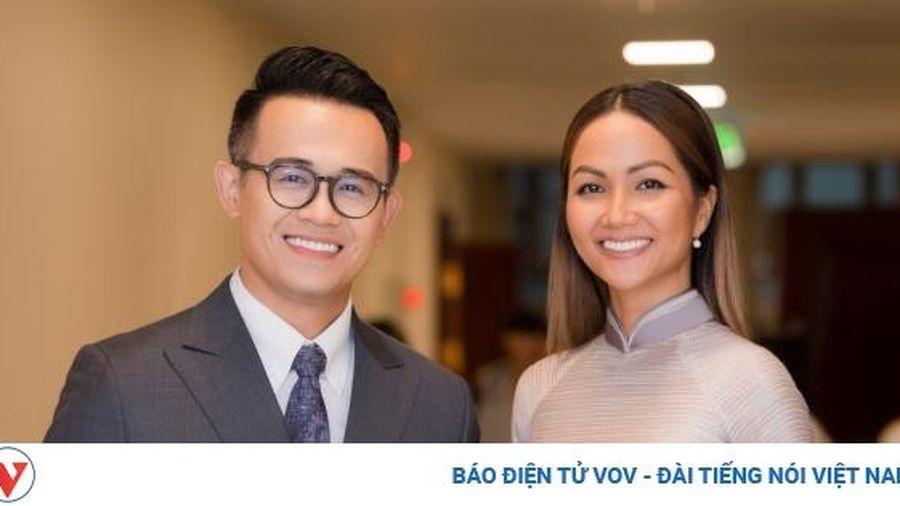MC Đức Bảo bảnh bao sánh đôi cùng Hoa hậu H'Hen Niê