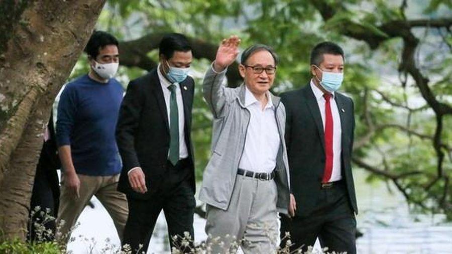 Thủ tướng Nhật Bản tản bộ hồ Hoàn Kiếm, vẫy tay chào người dân Thủ đô