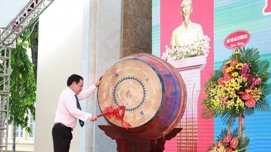 Mỗi sinh viên vùng lũ miền Nam Trung Bộ của trường Đại học Thương mại được hỗ trợ 10 triệu đồng