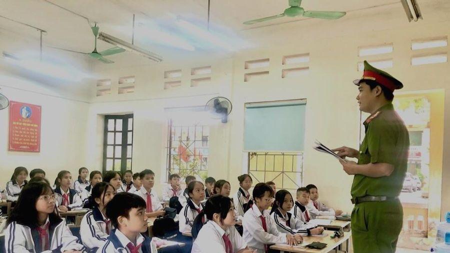 Huyện Gia Lâm (Hà Nội): Trưởng Công an xã tuyên truyền, hướng dẫn kỹ năng đảm bảo an ninh học đường