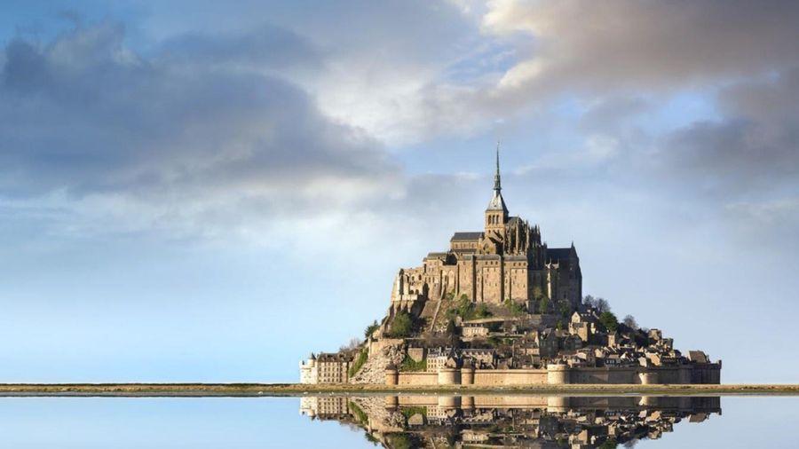 Tu viện biến thành hòn đảo giữa biển