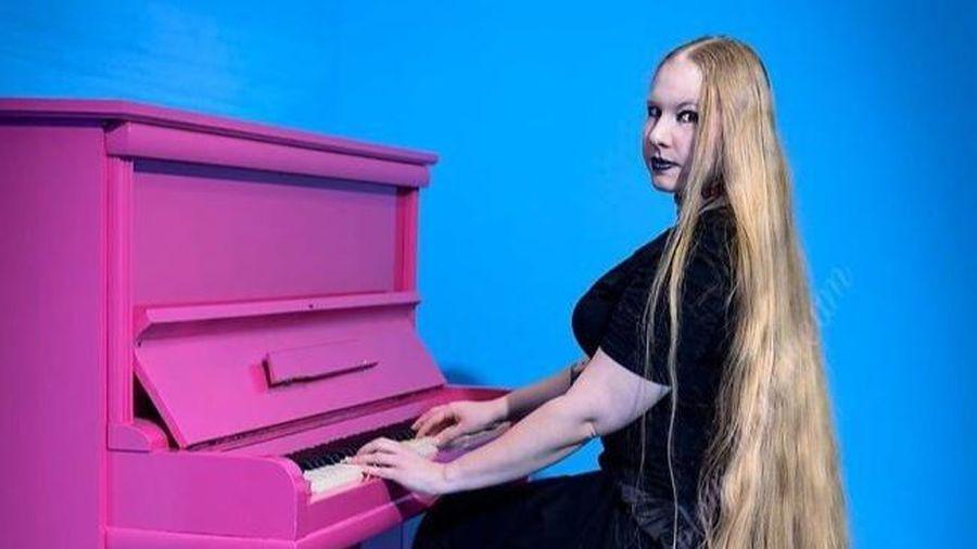 Người phụ nữ có mái tóc dài 1,79 m