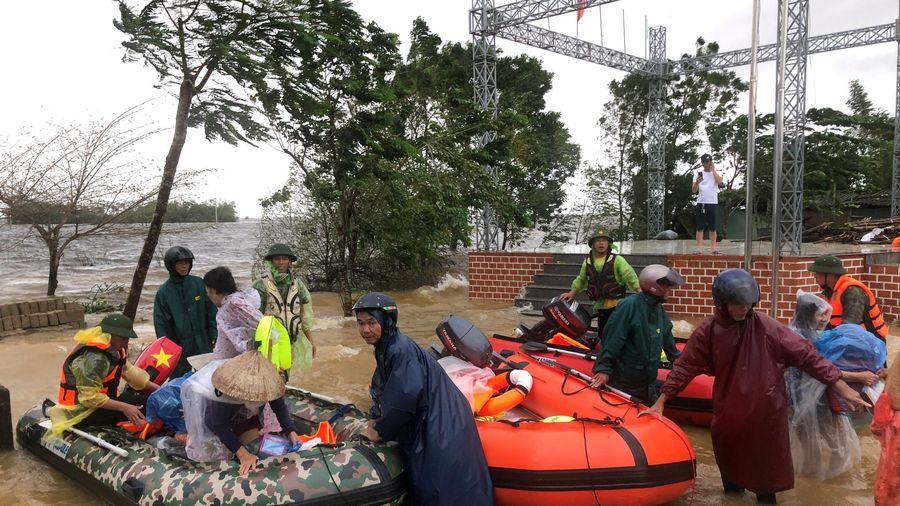 PVC và đội xuồng hơi Hà Nội giải cứu 91 người dân kẹt trong vùng lũ