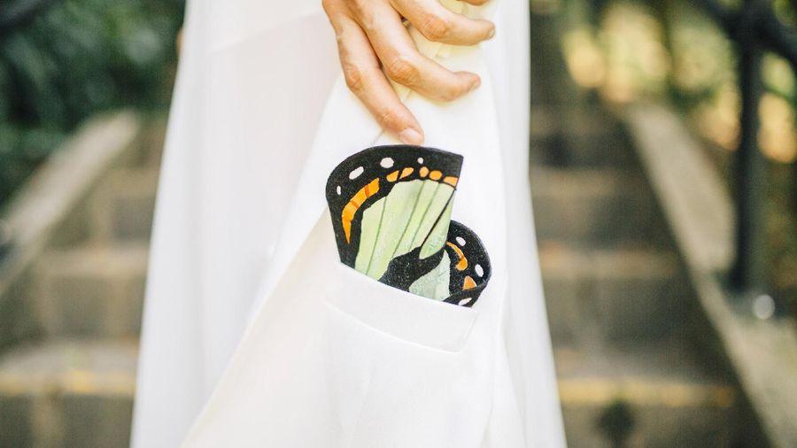 Nghệ sĩ Hong Kong làm khăn bỏ túi giống cánh bướm thật