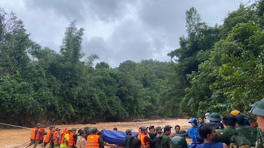 Đoàn tìm kiếm, cứu nạn băng rừng gùi thi thể chiến sĩ công an hy sinh trở về