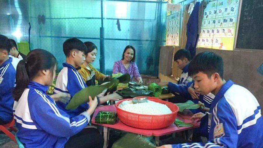 Thầy cô, học sinh Nghệ An gửi 'lá lành' về rốn lũ miền Trung