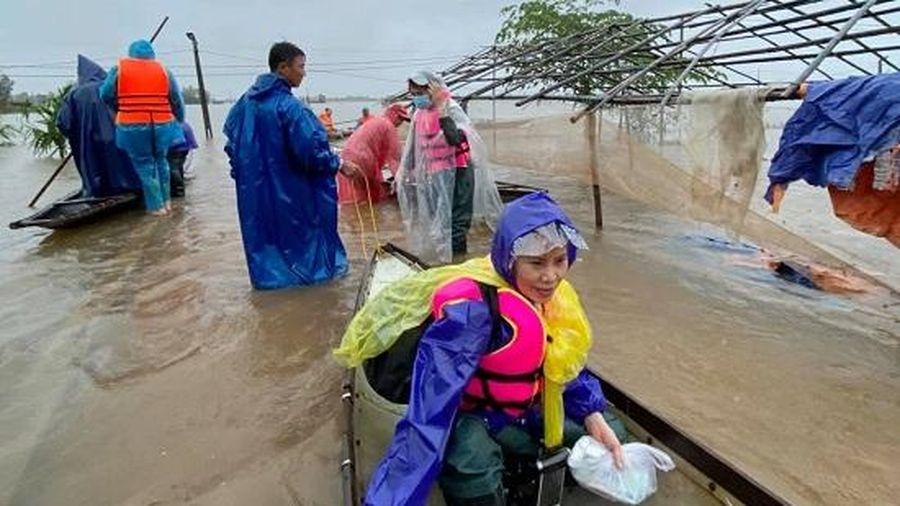 Dù đã U60, mẹ Hồ Ngọc Hà vẫn nhiệt tình 'lội nước' cứu trợ miền Trung