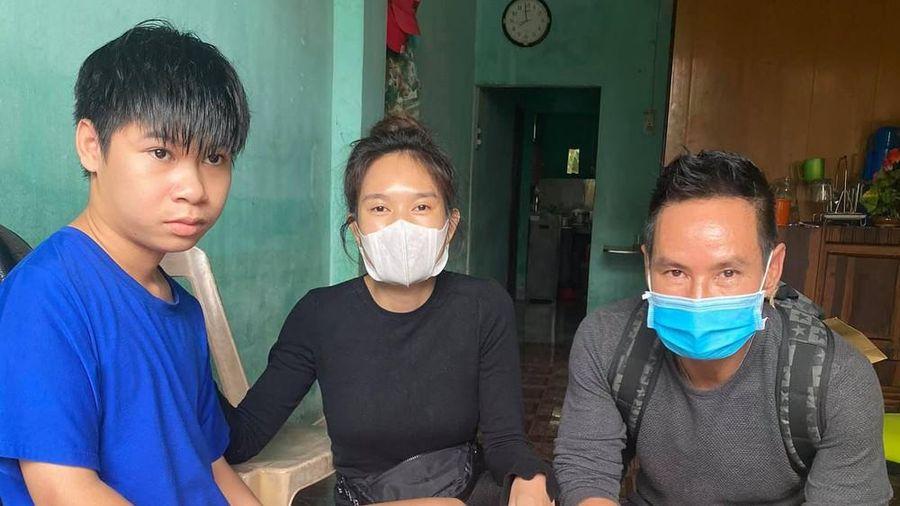 Nghệ sĩ Việt liên tục quyên góp, trực tiếp đi cứu trợ miền Trung ruột thịt