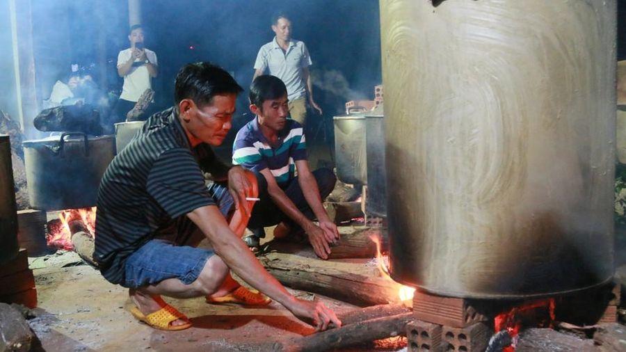 Tây Nguyên: Trắng đêm nổi lửa nấu hàng nghìn bánh tét tặng miền Trung