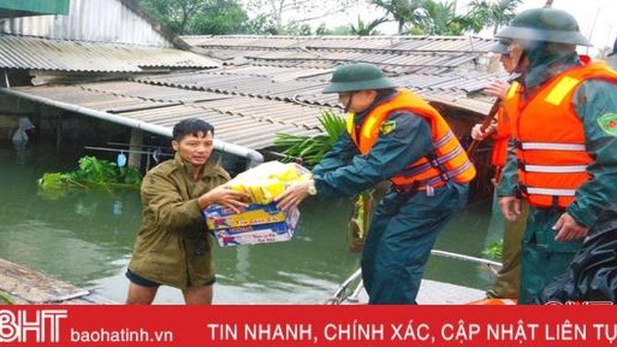 Bộ CHQS Hà Tĩnh hỗ trợ người dân vùng ngập lụt