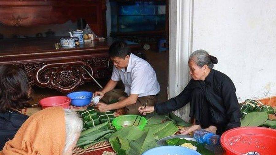 Người dân Hà Nội gói hàng ngàn chiếc bánh chưng ủng hộ miền Trung