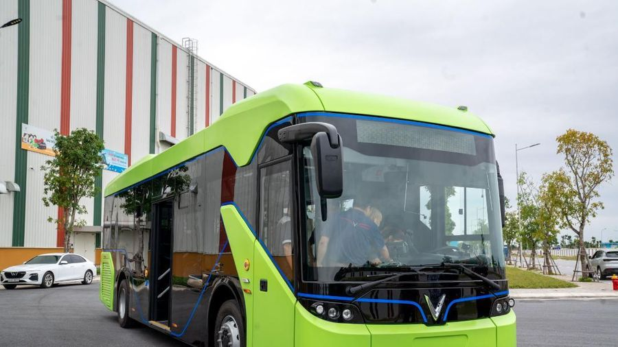Xe buýt điện VinFast chính thức chạy thử nghiệm với ngoại hình ấn tượng, không gây tiếng ồn