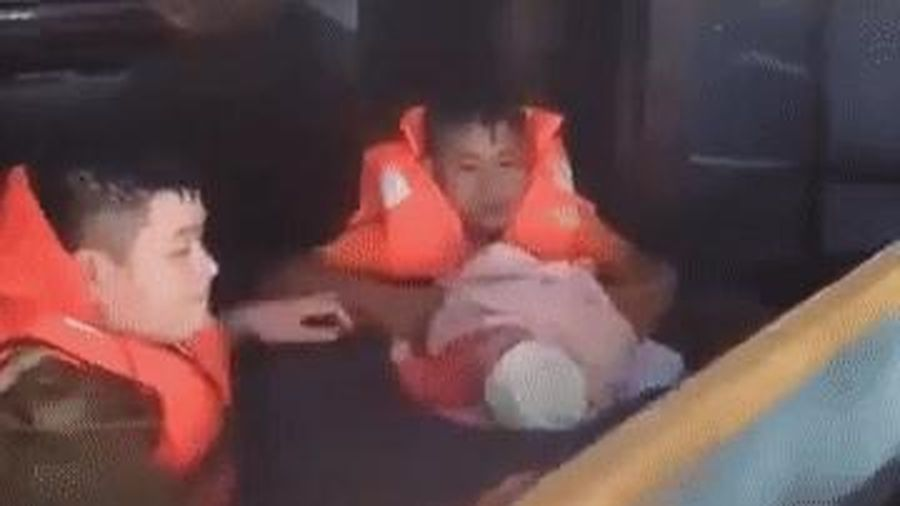 Clip: Xót xa tiếng khóc của bé sơ sinh khi được giải cứu khỏi ngôi nhà ngập nước lũ